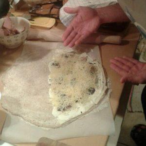Préparation pizza calzone maison à la truffe